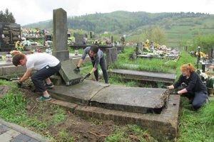 Pracovali aj na miestnom cintoríne.