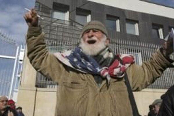 Starší muž protestuje pred prezidentským palácom v Tbilisi.