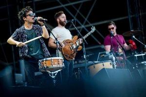 Jamie Cullum (vľavo) počas koncertu na Szigete odbiehal od jedného nástroja k druhému.