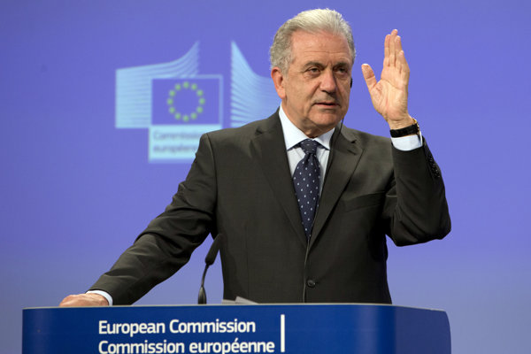 Komisár EÚ pre migráciu, vnútorné záležitosti a občianstvo Dimitris Avramopulos reční počas tlačovej konferencie v Bruseli.