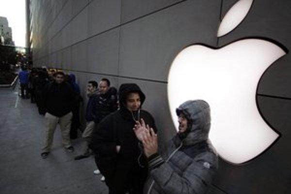 Na nové modely od značky Apple čakajú fanúšikovia v dlhých radoch.