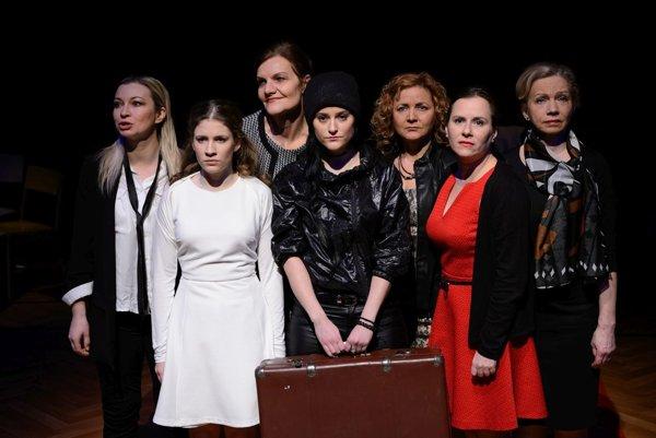 Herečky Slovenského komorného divadla Martin v hre Vojna nemá ženskú tvár.