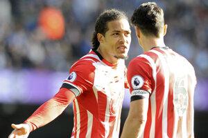 Virgil van Dijk (vľavo) v Southamptone už hrať nechce. Bude musieť.