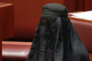 Austrálska protimoslimská senátorka prišla do parlamentu v burke