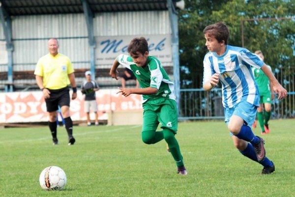 Starší žiaci ČFK Nitra boli úspešní v prvom domácom majstrovskom zápase sezóny 2017/18. Na snímke vpravo domáci stredopoliar Erik Horváth.