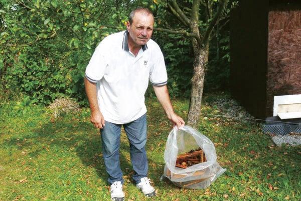 Jána Tabačeka pripravil medveď o úle s plástami.