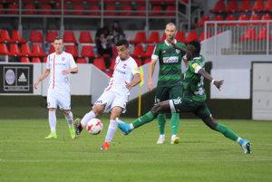 FC ViOn strelil v lige štyri góly takmer po dvoch rokoch. Na snímke s loptou Brazílčan Mateus De Oliveira Silva.