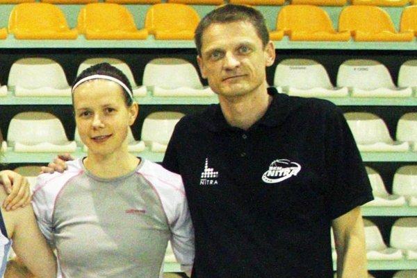 Snímka stará čosi viac ako rok, keď si Nitrianky vybojovali postup do extraligy. Pavol Horička bol vtedy hlavným trénerom tímu, Zuzana Babariková najskúsenejšou hráčkou.