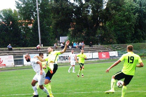 Proti obrane ŠFK Sereď sa snaží presadiť útočník KFC Vahagn Militosyan. Komárňania vúvode zápasu síce viedli, ale potom prehrali vysoko.