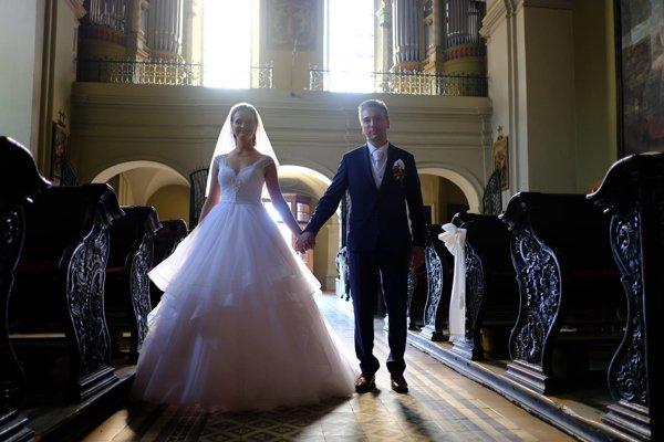 Manželia Trnkovci. Na ich svadbe nechýbalo ani polnočné čepčenie a redový tanec.