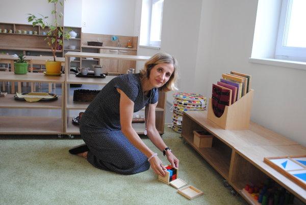 Riaditeľka novej MŠ Katarína Kukoľová ukazuje binomickú kocku.