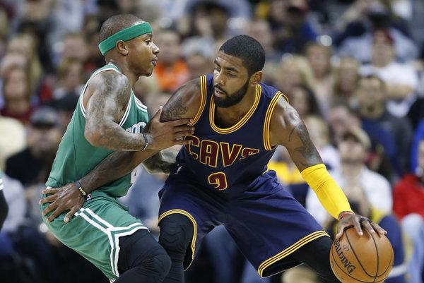 Kyrie Irving (vpravo) odchádza do Bostonu - je to zatiaľ najväčší prestup leta v NBA.