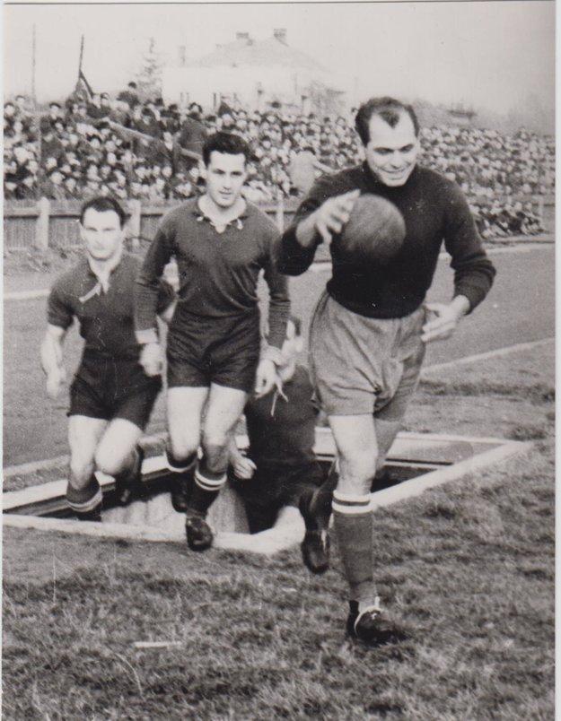 Fotografia z roku 1950. Zachytáva futbalistov Matysa, Vaška a Iľka.