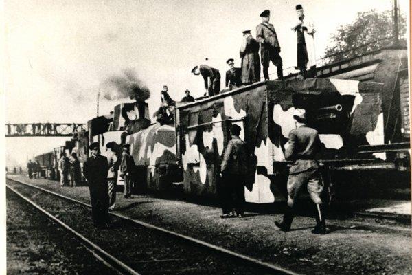 Povstalecký pancierový vlak Štefánik, ktorý vyrobili zvolenskí robotníci, na železničnej stanici vo Zvolene. Ilustračné foto