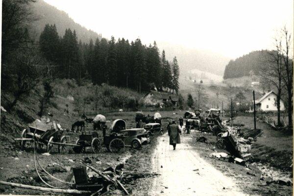 Po úteku partizánskych jednotiek z Banskej Bystrice. Cesta na Donovaly je pokrytá množstvom narýchlo opustených vojenských i civilných vozidiel. Fotografia je z konca októbra 1944.