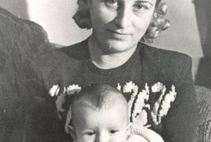 Manželka gen. Goliana Jarmila s trojmesačným synom Ivkom.