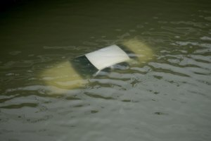 Pohľad na potopené auto na zaplavenej diaľnici po vyčíňaní hurikánu Harvey neďaleko centra Houstonu.