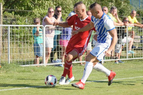 Ladislav Valachy (v červenom) prispel dvoma gólmi k víťazstvu Čeľadíc v D. Salibách.