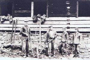 Chlapi pri výstavbe objektu zMalatinej.