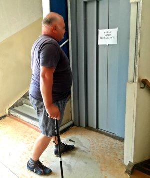Obvodný úrad Hroncova: Aj ľudia spaličkami majú smolu. Výťah nepríde....