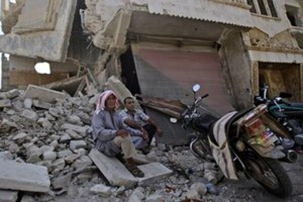 Sýrčania sedia na troskách domu v meste Azaz neďaleko Aleppa.