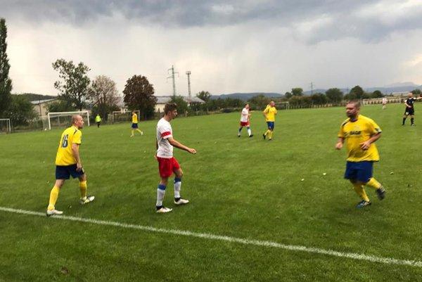 Opatová (v bielo-červenom) zdolala Zamarovce o gól.
