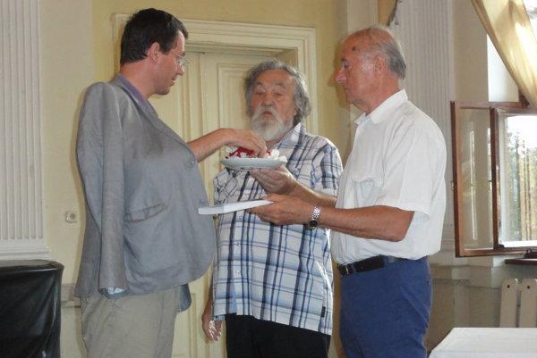 Knihu pokrstil viceprimátor Ján Vančo, vedľa autor Michal Ilečko a riaditeľ Ponitrianskeho múzea Anton Števko.