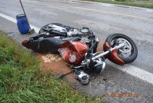 Motocyklista zomrel pri prevoze.