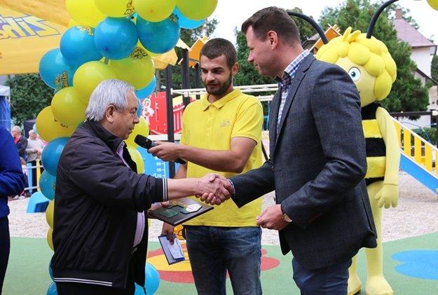 Primátor Tvrdošína I. Šaško preberá symbolický kľúč od M. Kajana z Lidl