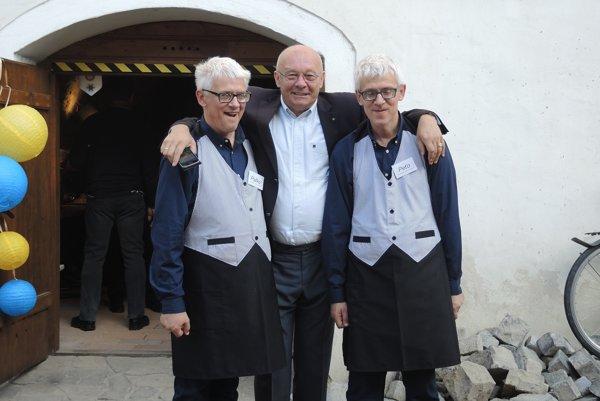 Traja čašníci a jedna čašnícka sú klientmi Domovu sociálnych služieb Adamovské Kochanovce.