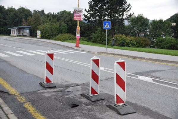 Motoristi obchádzajú označenú dieru už dlhší čas.
