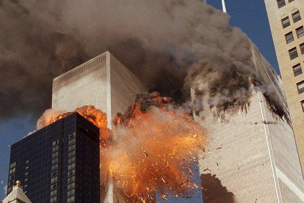 Pohľad na výbuch v jednom z dvoch mrakodrapov Svetového obchodného centra v New Yorku po náraze lietadla do budovy.
