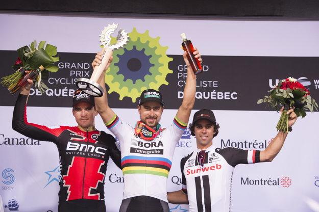 Peter Sagan (v strede) sa raduje zo svojho triumfu. Vľavo druhý Greg van Avermaet a napravo tretí Michael Matthews.