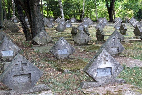 Na hroboch je kríž, dvojkríž aj polmesiac. Cintorín je unikátny tým, že sú tu vedľa seba pochovaní vojaci rôznych národností a vierovyznania.