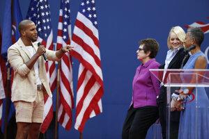 Otvárací ceremoniál pred začiatkom finálového zápasu ženskej dvojhry.