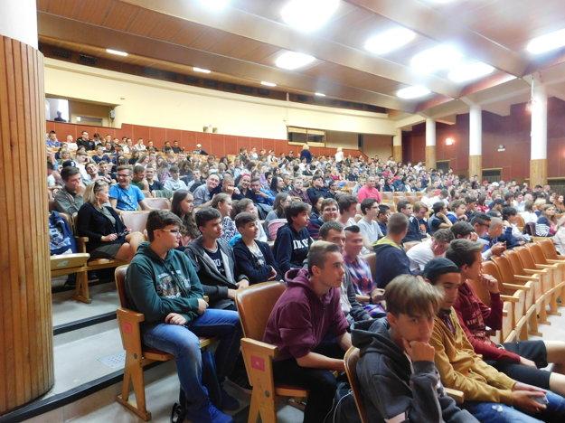 V auditóriu auly sa nachádzalo 600 natešených študentov.