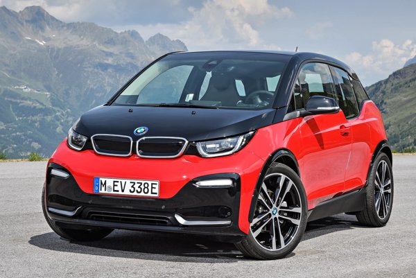 Modernizovaný elektromobil BMW i3. Elektromobil s mierne pozmenenou karosériou a technickými zlepšeniami má svetovú premiéru na frankfurtskom autosalóne.