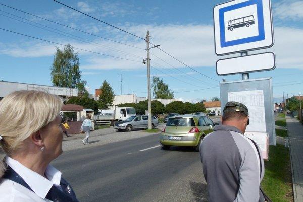 V Šarovciach pri obecnom úrade pribudla aj nová autobusová zastávka.