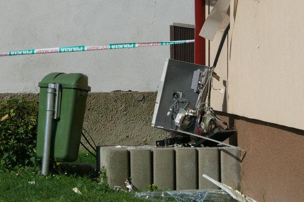 Zničený bankomat.