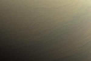 Severná hemisféra Saturnu. V ľavom rohu je vidno hranicu medzi dňom a nocou. Záber zvýrazňuje reliéf rôznych výšok oblakov.