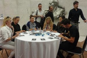 Otvorenie výstavy fotiek vo foyer DAB ukončila autogramiáda hercov.