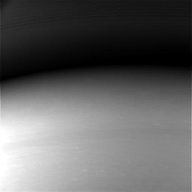 Úplne posledný záber, ktorý Cassini zaslala na Zem. Kameru mala natočenú smerom k Saturnu, do ktorého sa vnorila.