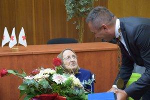 Blahoželanie od primátora. Primátor Marek Čižmár blahoželá oslávenkyni.