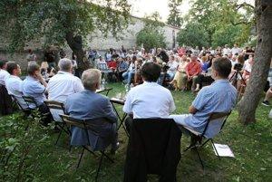 Foto z prvej verejnej diskusie.