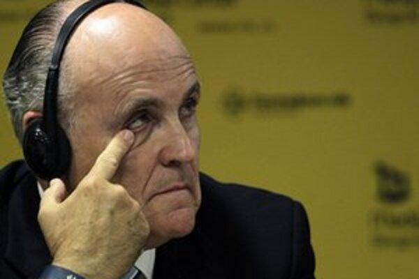 Giuliani na tlačovej konferencii v Belehrade.