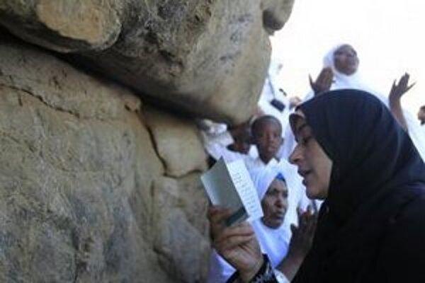 Moslimská pútnička sa modlí na skalnatej púštnej planine Arafát neďaleko Mekky.