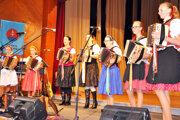Domáce heligonkárky so sestrami Bacmaňákovými.