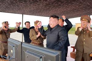 Severokórejský vodca Kim Čong-un oslavuje s vedením armády.