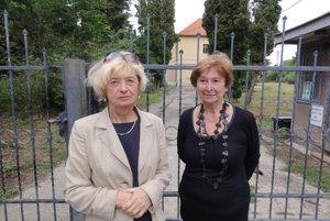 Sestry Evy Dobiášová a Helena Zounová pred beladickým kaštieľom, ktorý kedysi aj s parkom a rozsiahlymi pozemkami patril ich predkom.