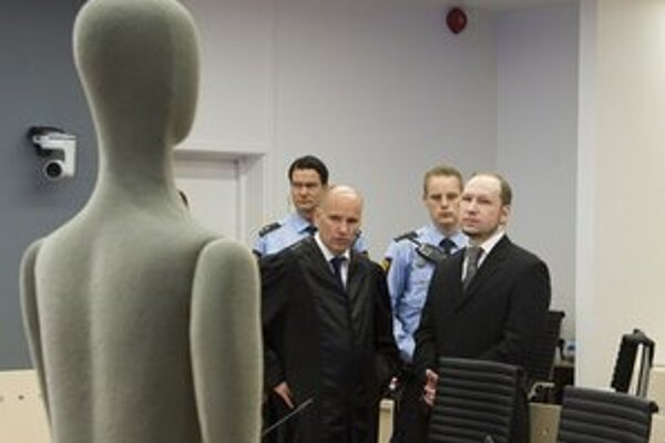 Anders Breivik pred figurínou, na ktorej ilustrovali zranenia obetí.
